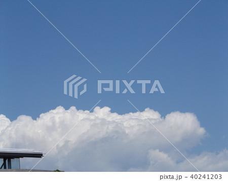初夏の青空に白い雲 40241203