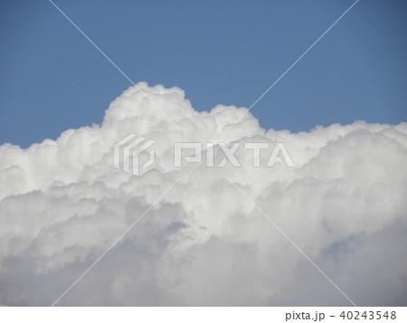 初夏の青空に白い雲 40243548
