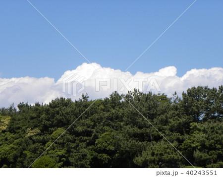 初夏の青空に白い雲 40243551