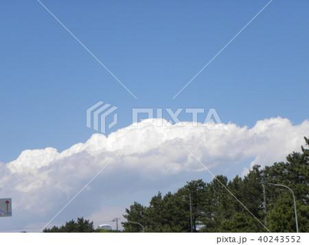 初夏の青空に白い雲 40243552