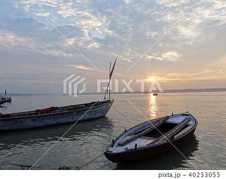 インド バラナシの朝 船 40253055