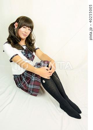 夏服学生服 チェック柄スカート 全身 体育座りをしてお澄まし顔の女性 40255005
