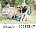 家族でピクニック シャボン玉で遊ぶ子供たち 40256347