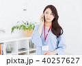 電話をする女性 考える ビジネス 40257627
