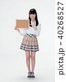 サインボードを持って笑顔の若い女性 40268527