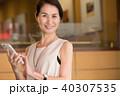 ミドル ビジネスウーマン スマートフォンの写真 40307535