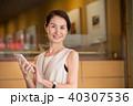 ミドル ビジネスウーマン スマートフォンの写真 40307536