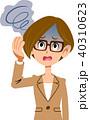 スーツを着用した働く女性の病気の症状 めまい メガネ 40310623