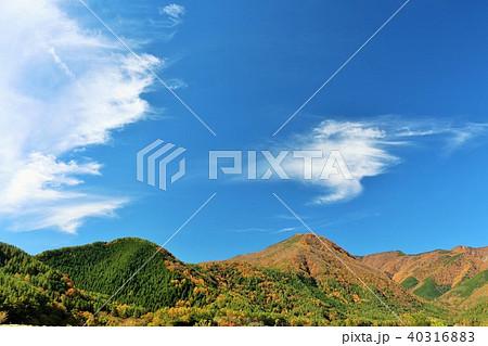 秋晴れの青空と紅葉の山 40316883