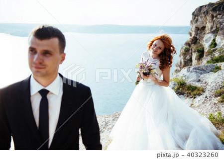 wedding couple staying over beautiful landscape 40323260