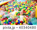 子供 遊ぶ プラスチックの写真 40340480