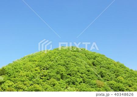初夏の青空と新緑の山 40348626