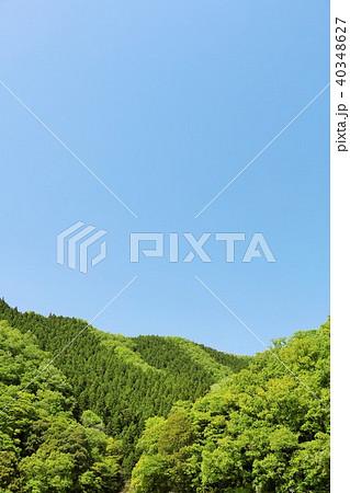 初夏の青空と新緑の山 40348627