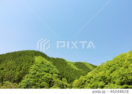 初夏の青空と新緑の山 40348628