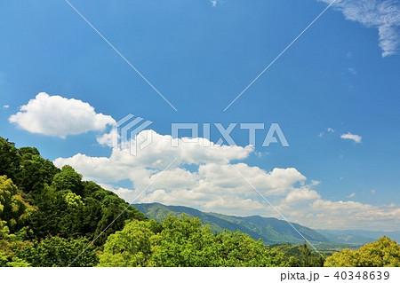 初夏の青空と新緑の山 40348639