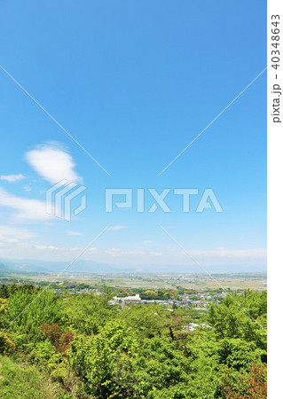 初夏の青空と新緑の風景 40348643