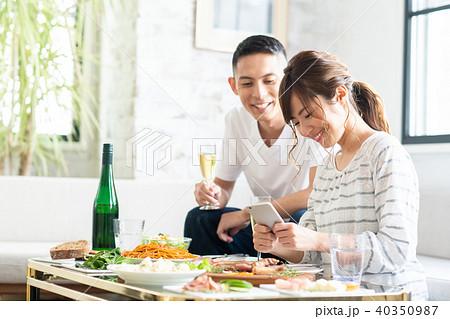 若い夫婦(食事) 40350987