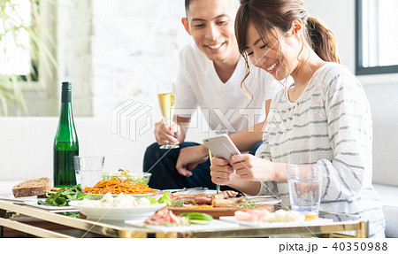 若い夫婦(食事) 40350988
