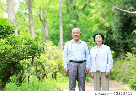 シニア おしどり夫婦 笑顔 新緑 40353419