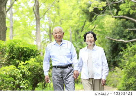 シニア おしどり夫婦 笑顔 新緑 40353421