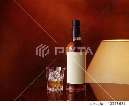 白いラベルのウイスキーボトル (White label whiskey bottle) 40353681