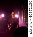 ステージでベースを演奏する男性 40372130