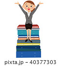 書類の整理をする女性 40377303