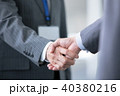 握手 ビジネスマン 商談成立の写真 40380216