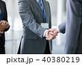 握手 ビジネスマン 商談成立の写真 40380219