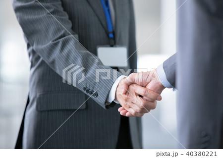 握手をするビジネスマン 商談成立 ビジネスイメージの写真素材 ...