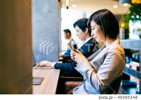 カフェ 喫茶店 女性 スマホ 40395348