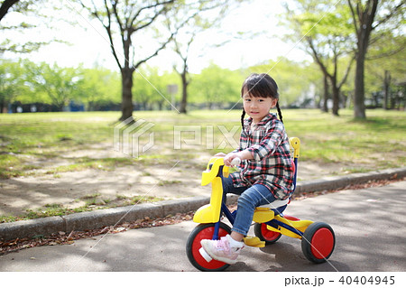 子供 (遊具 公園 日本人 笑顔 コピースペース 子育て 育児 好奇心 活発 元気 健康 園児) 40404945