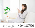 女性 くつろぐ 座るの写真 40418759