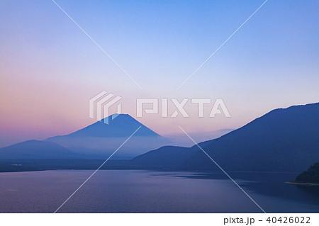 富士山と夕焼け、山梨県富士河口湖町本栖湖にて 40426022