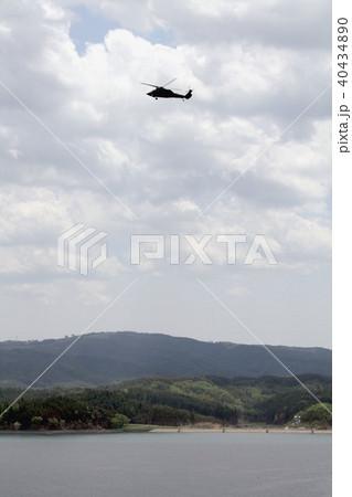 東日本大震災による津波が引いた後、南三陸町の志津川湾上空を飛行する航空自衛隊のUH-60J救難ヘリ 40434890