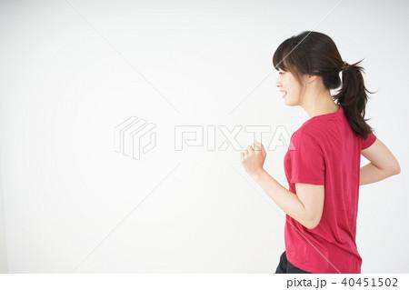 ダイエットをする若い女性 40451502