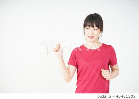 ダイエットをする若い女性 40451505