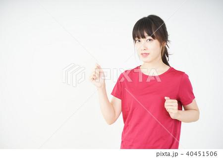ダイエットをする若い女性 40451506