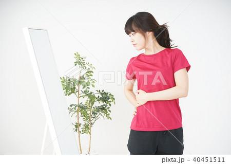 ダイエットをする若い女性 40451511
