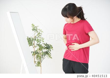 ダイエットをする若い女性 40451513