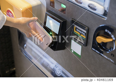 スマホで自動販売機の飲み物を買う女性手元 キャッシュレス決済 40461169
