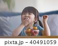 トマトを食べる女の子 40491059
