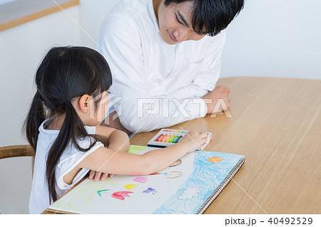 若い家族、親子、子ども、リビング学習 40492529
