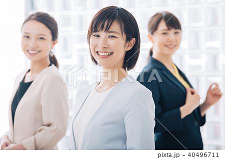 笑顔のビジネスウーマン 3人 若い日本人女性 40496711