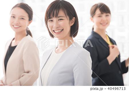 笑顔のビジネスウーマン 女性3人 20代 30代 40496713