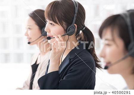 コールセンター オペレーターの女性3人 40500291
