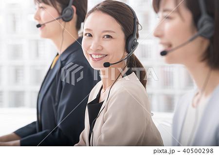 コールセンター オペレーターの女性3人 40500298