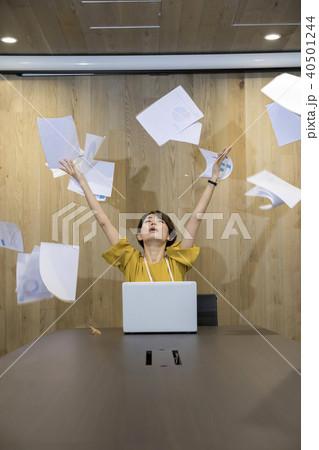 書類をばらまくビジネスウーマン 40501244