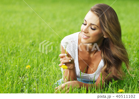 beautiful young woman with dandelion 40511102