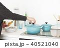 鍋の蓋を持つ女性 40521040